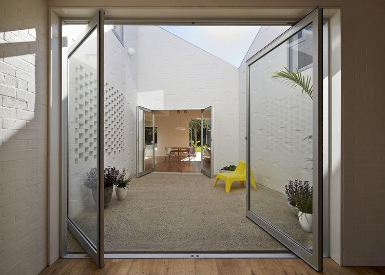 riverview-house-white-brick-courtyard