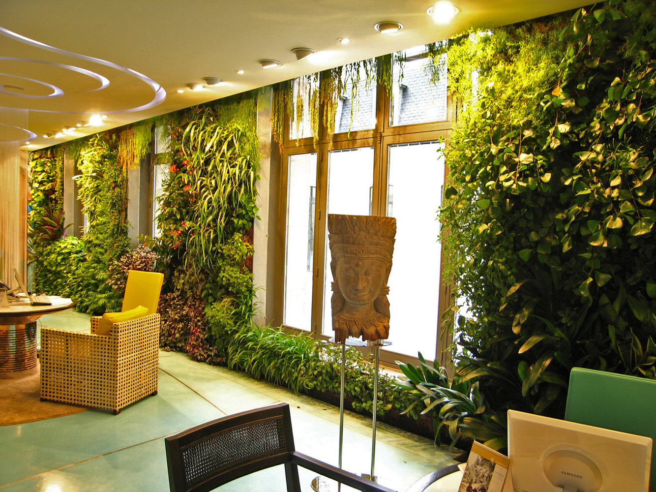 indoor-vertical-gardening-ajjfy1pdi