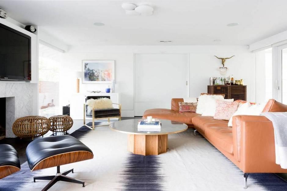 a-boho-luxe-home-that-s-pure-california-cool-brown-and-white-living-room-1467057167-57716aefb8bfa4b36ecbc685-w1000_h627