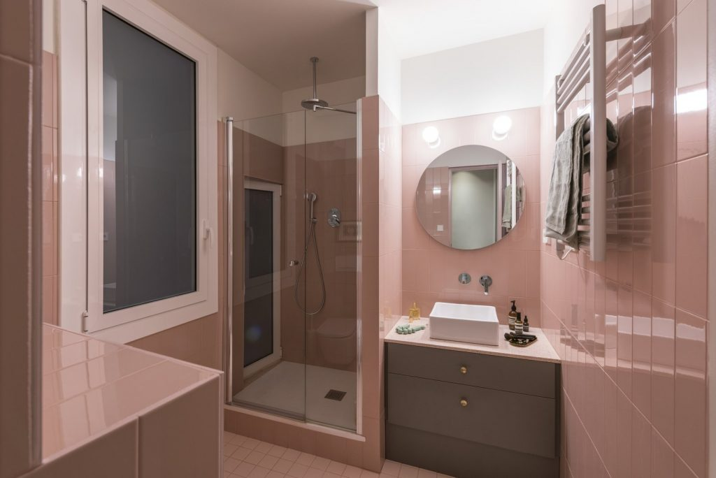 the-guest-bathroom-picks-up-on-the-pink-lacquered-them-that-runs-throughout-the-apartment-1